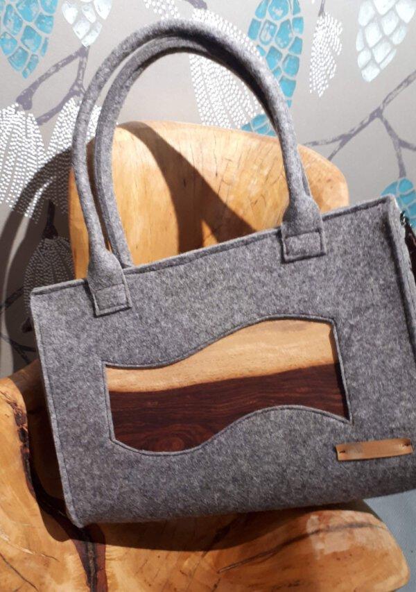 Schicke Handtasche mit edlem Echtholzfunier.Innen mit hochwerigen Stoff ausgekleidet.Unikat in meinem Atelier gefertigt.